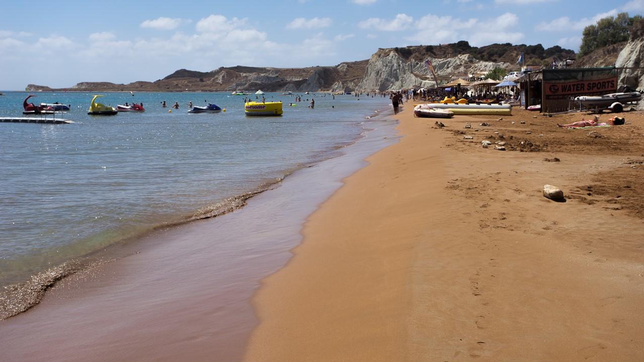 Водные развлечения на пляже Кси (Xi) - вид издалека