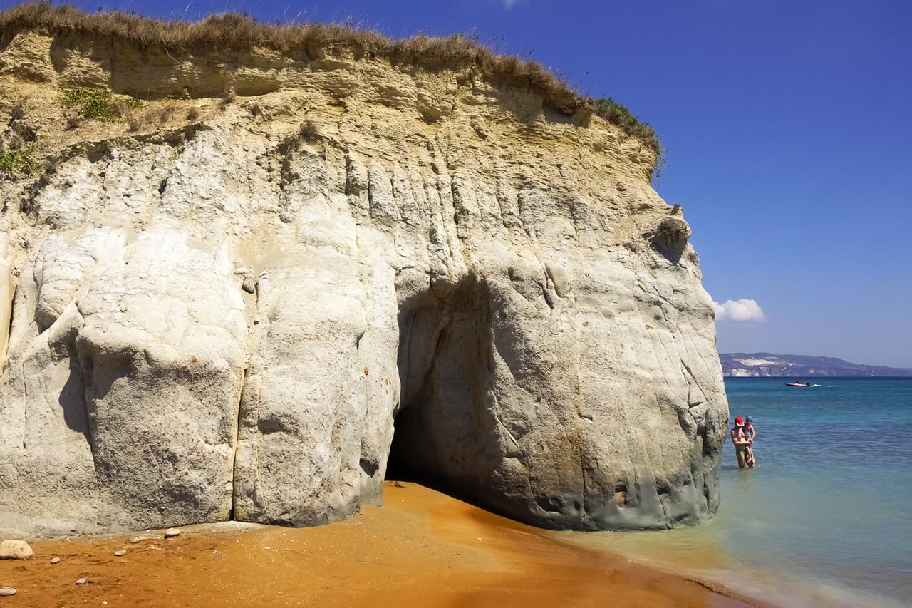Скала, обрывающая красный пляж Кси (Xi)
