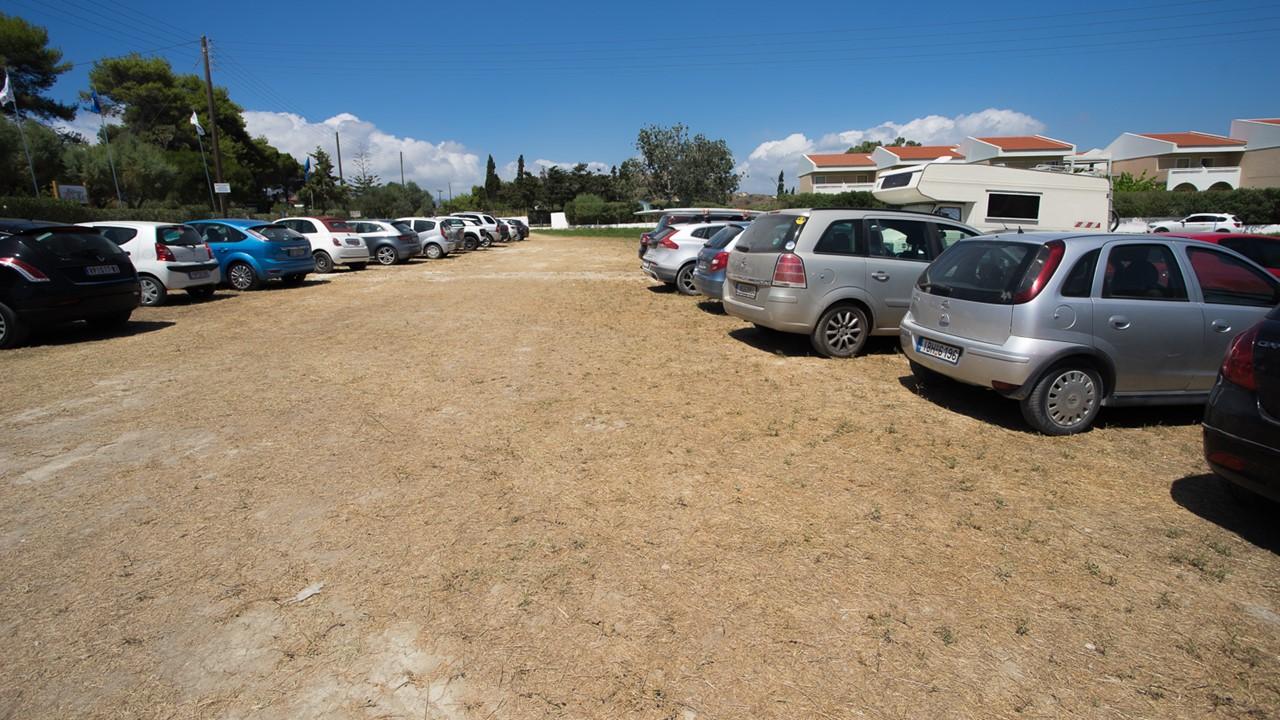 Парковка около пляжа Кси (Xi)