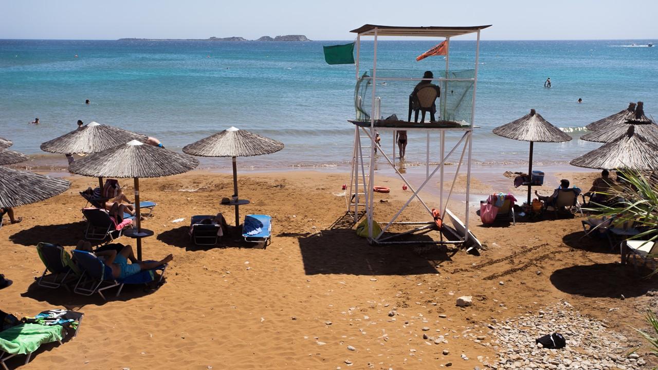 Спасатель следит за безопасностью на пляже Кси (Xi)