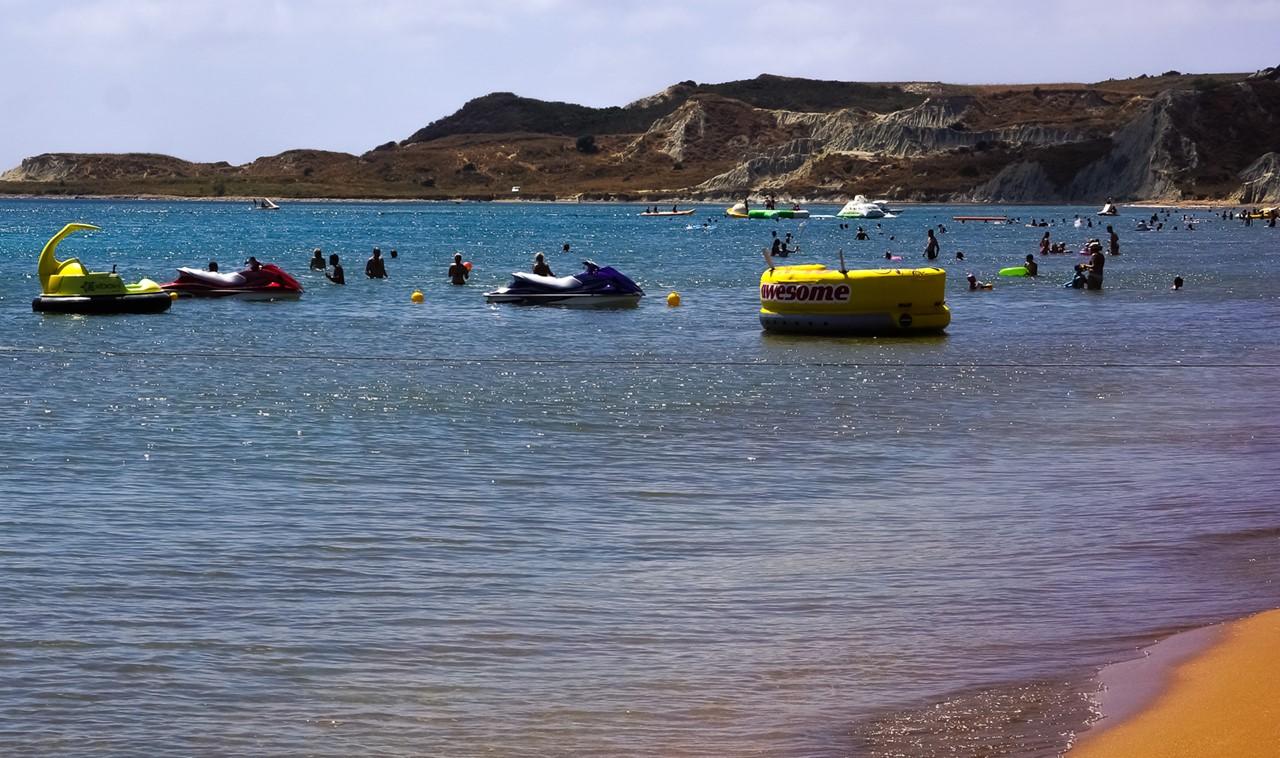 Водные развлечения на пляже Кси (Xi) - вблизи