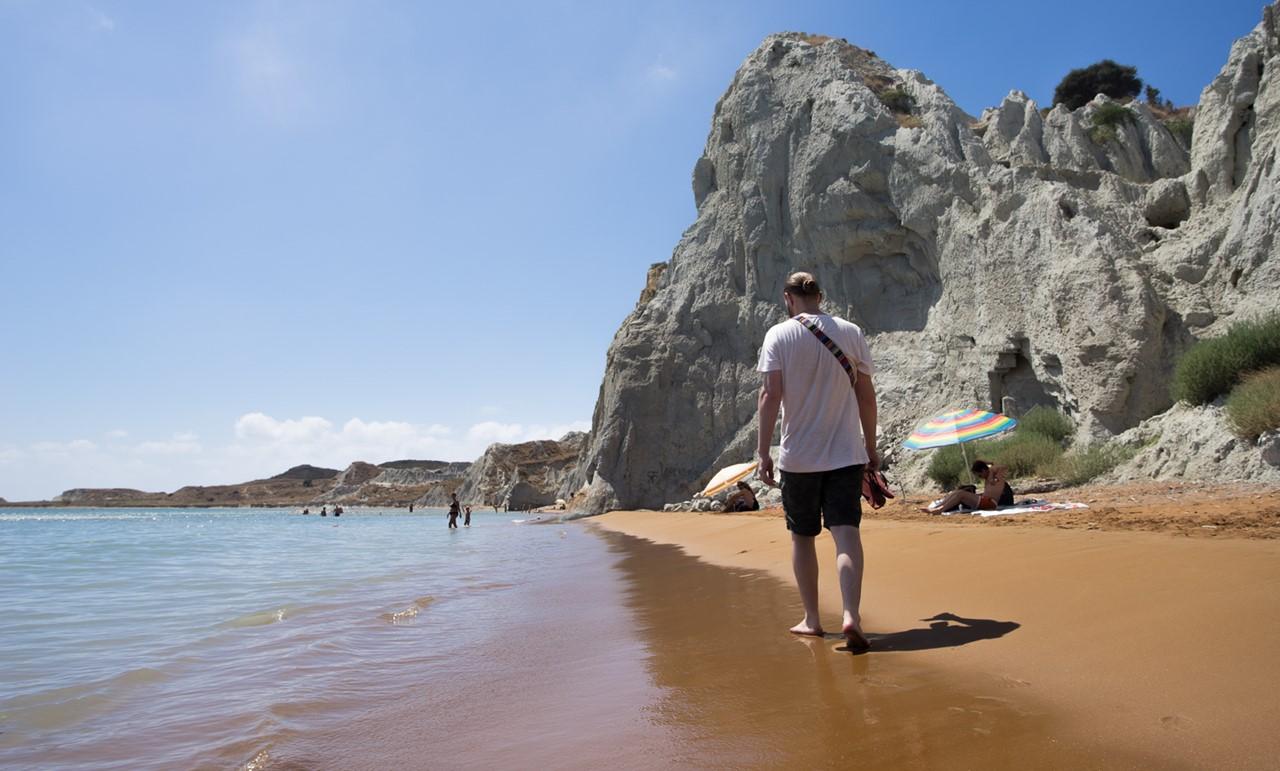 Белая глина на пляже Кси (Xi)