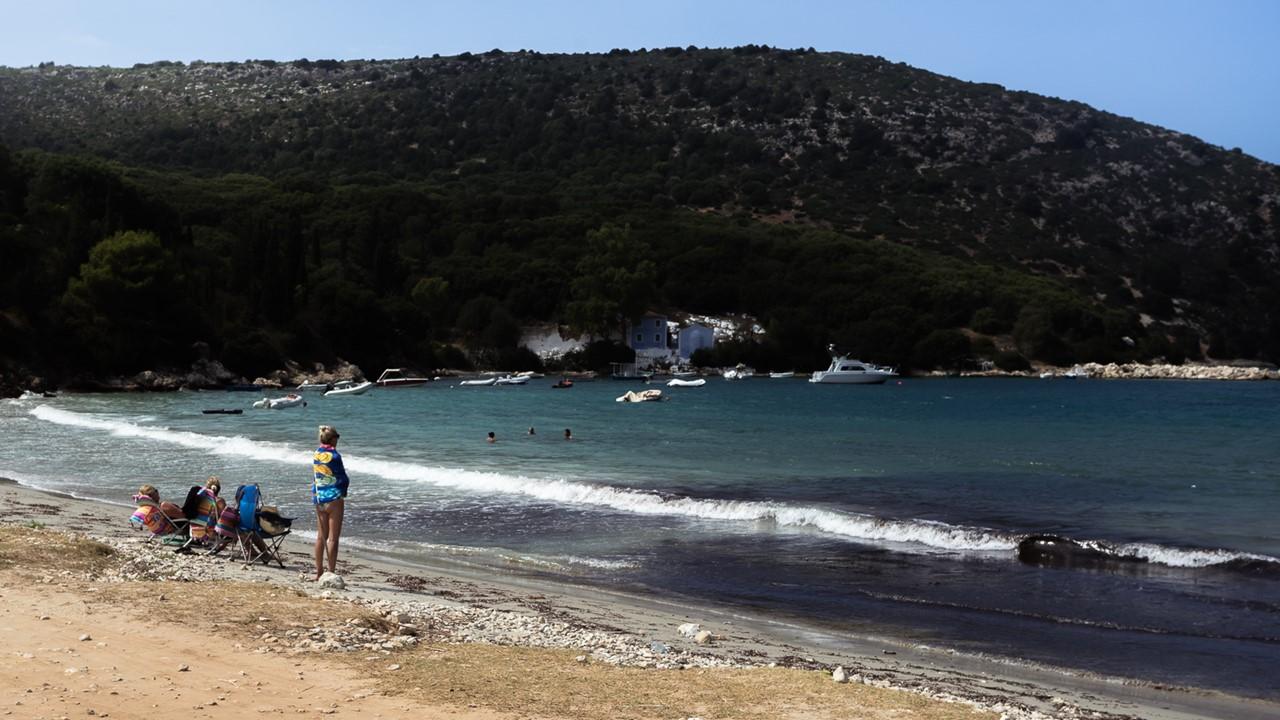 Пляж Атерас (Atheras) слева