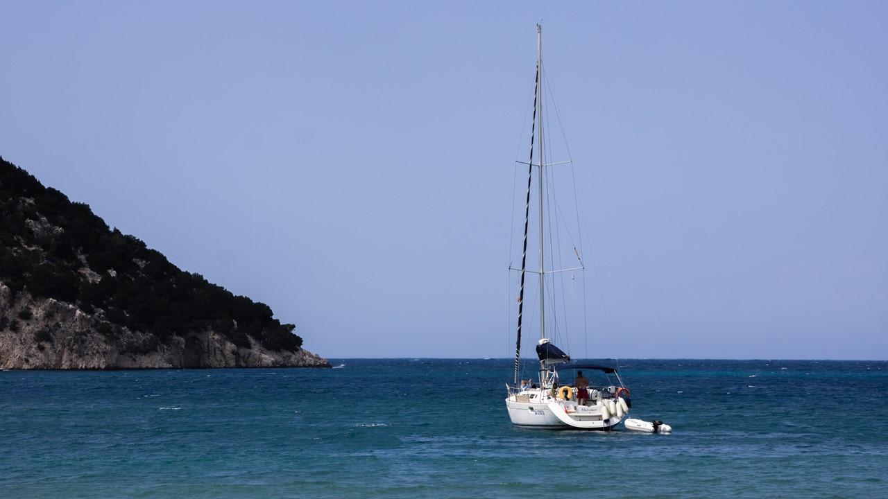 Яхта на якоре около пляжа Атерас (Atheras)
