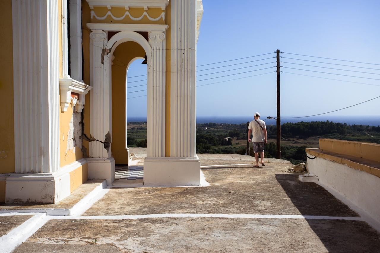 Пострадавшая после землетрясения церковь Богородицы в Хавриата (Chavriata)