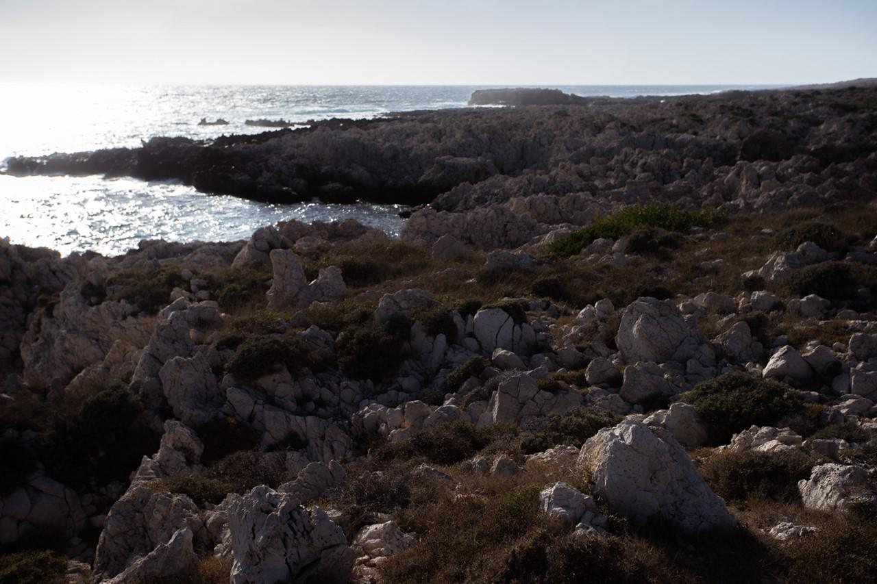 Каменный берег около маяка Герогомпос