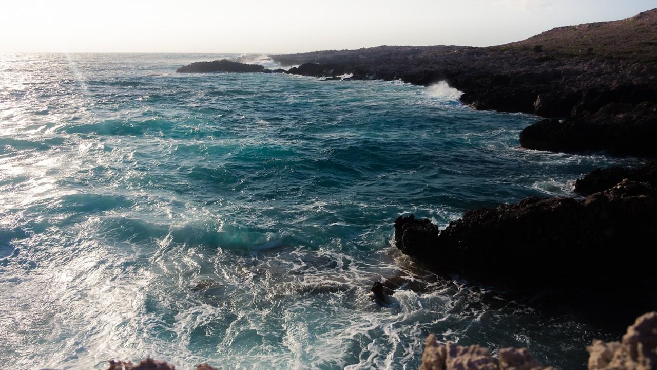 Синее бурлящее море около маяка Герогомпос (Gerogompos)