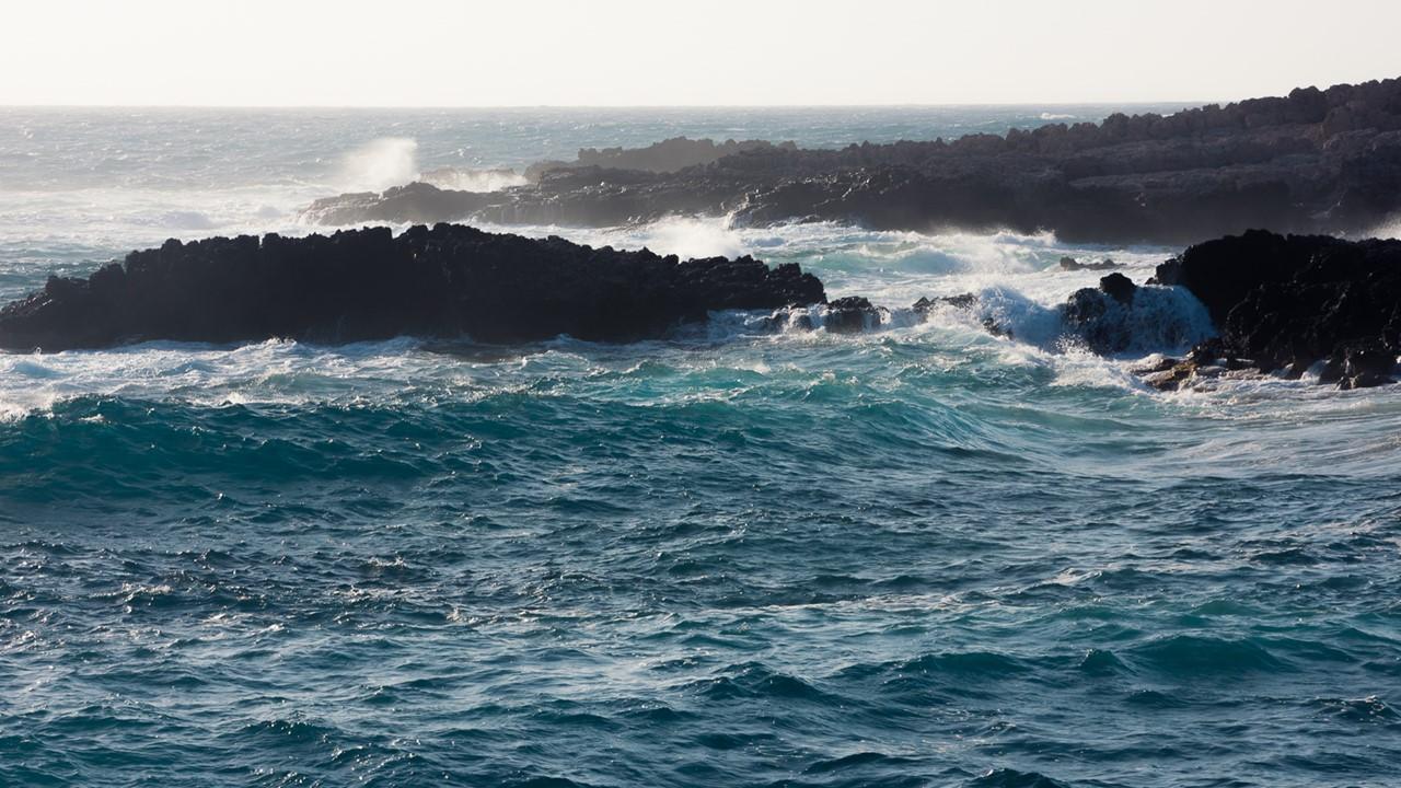 Близкий вид волн около маяка Герогомпос (Gerogompos)