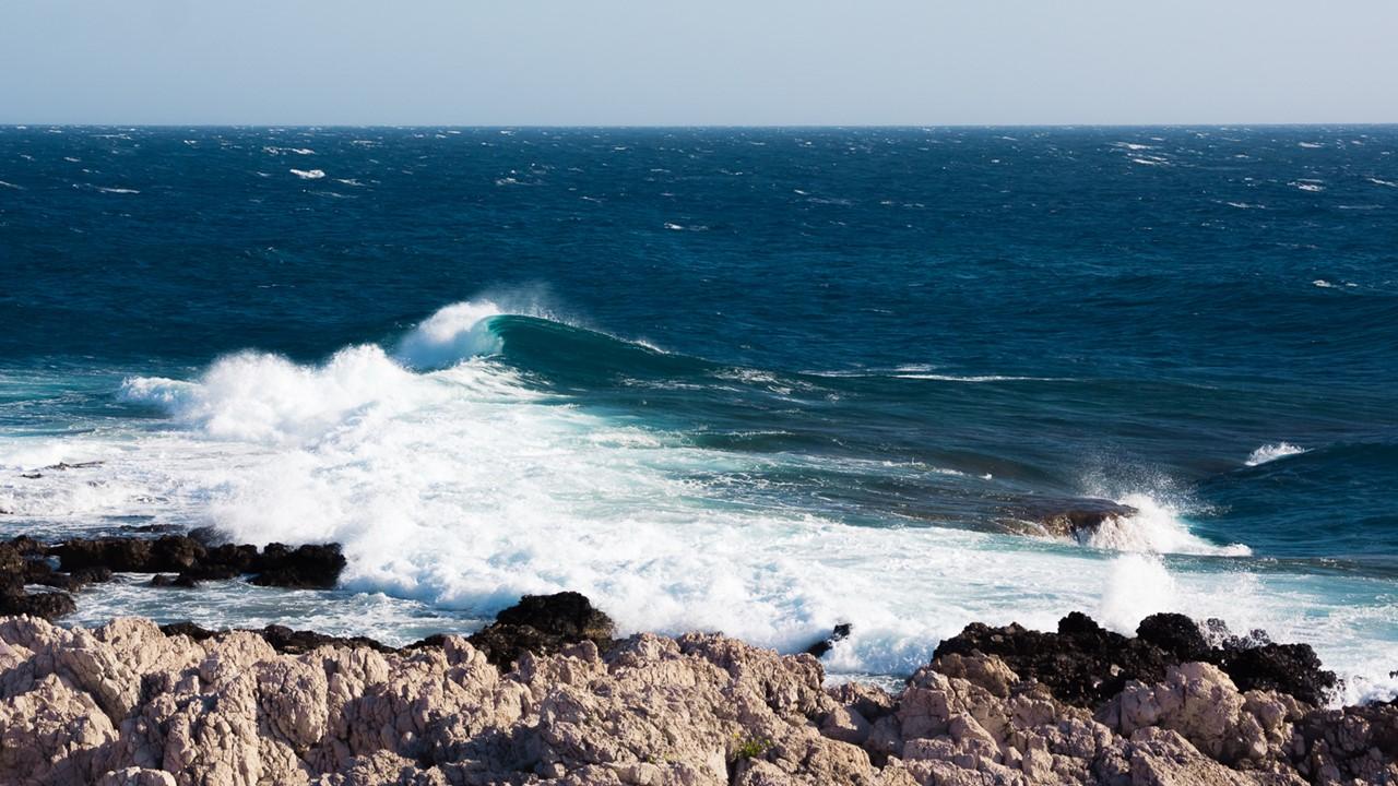 Бурлящие волны около маяка Герогомпоса (Gerogompos)