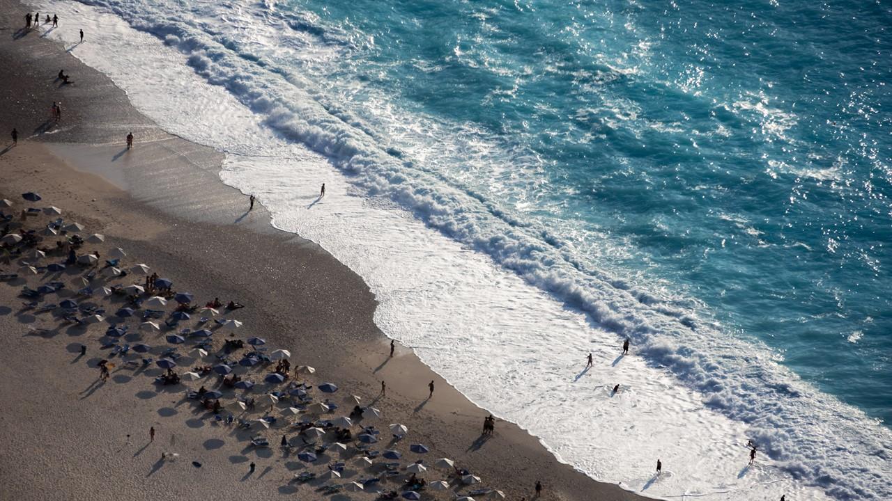 Вид сверху на пляж Миртос (Myrtos)