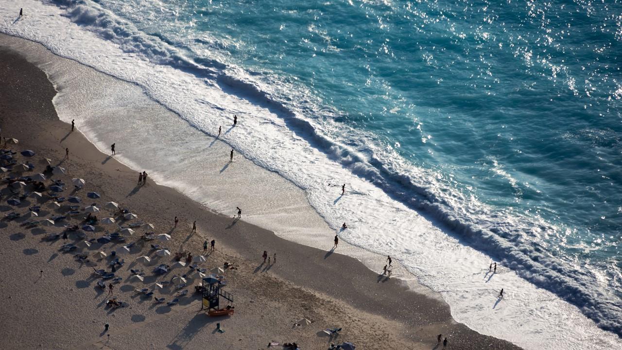 Пляжная полоса Миртоса (Myrtos) со спасательной вышкой