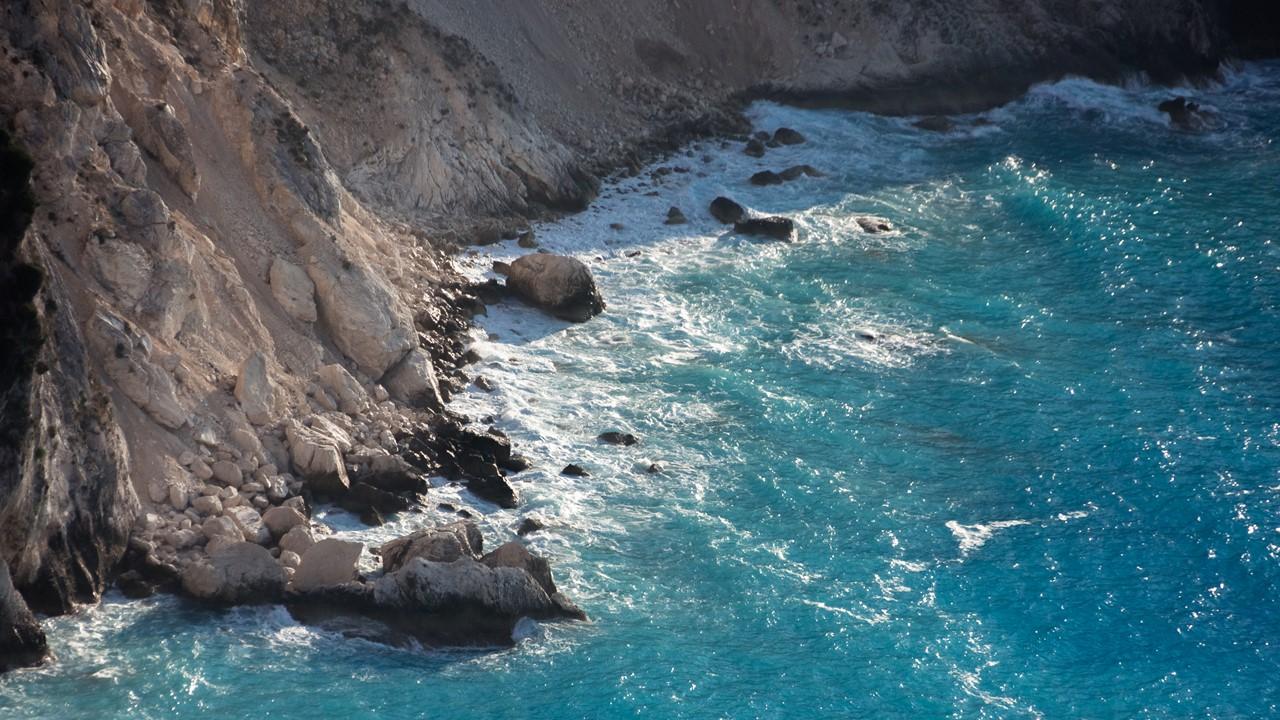 Скалы левее пляжа Миртос (Myrtos)