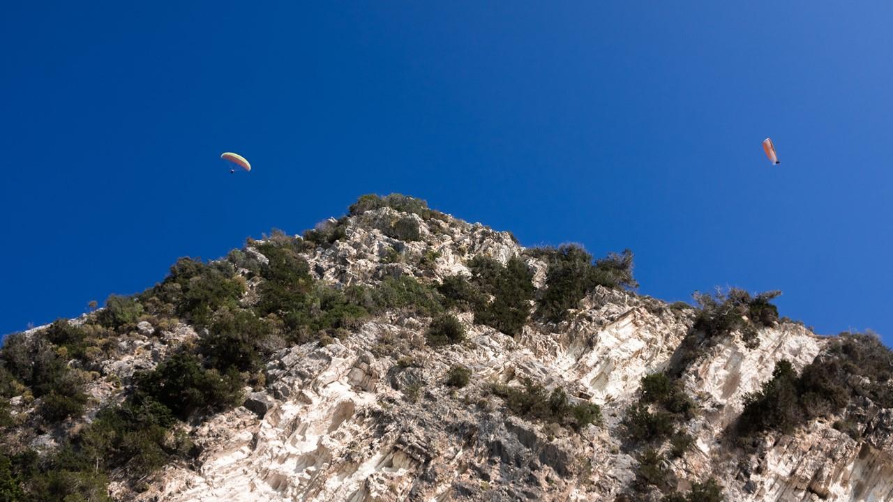 Парапланеристы над горами Миртоса