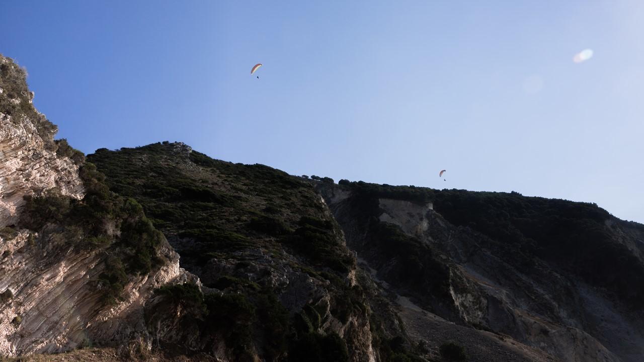 Скалистые берега Миртоса и парапланеристы