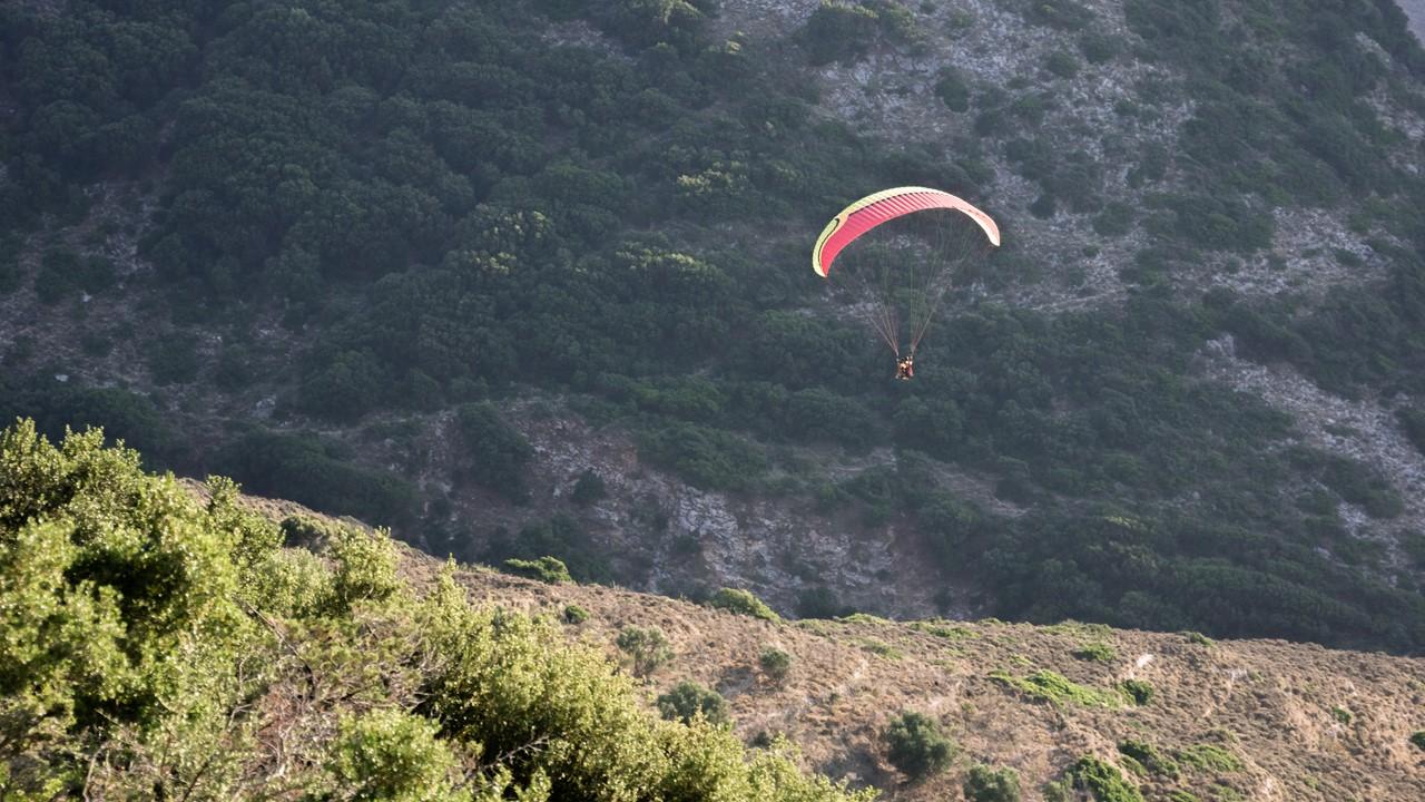 Планирование парапланериста над горами Миртоса