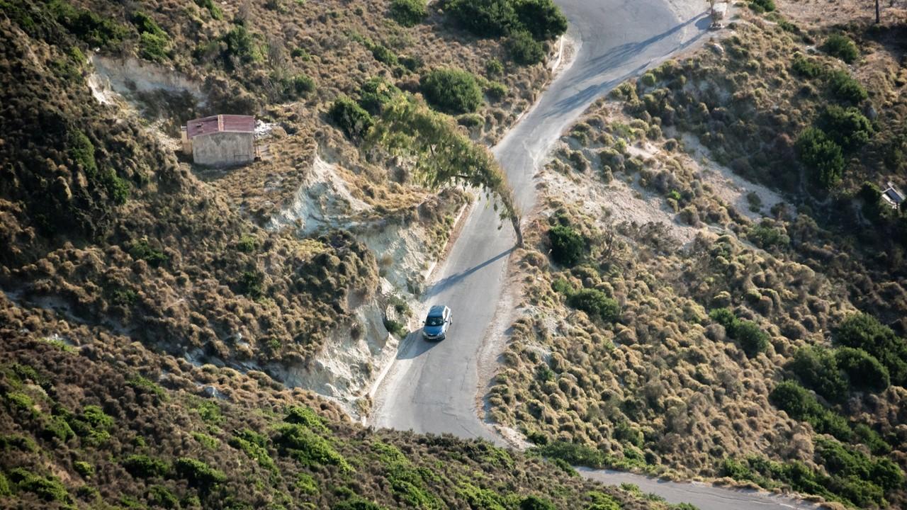 Вид сверху на дорогу где-то на Кефалонии