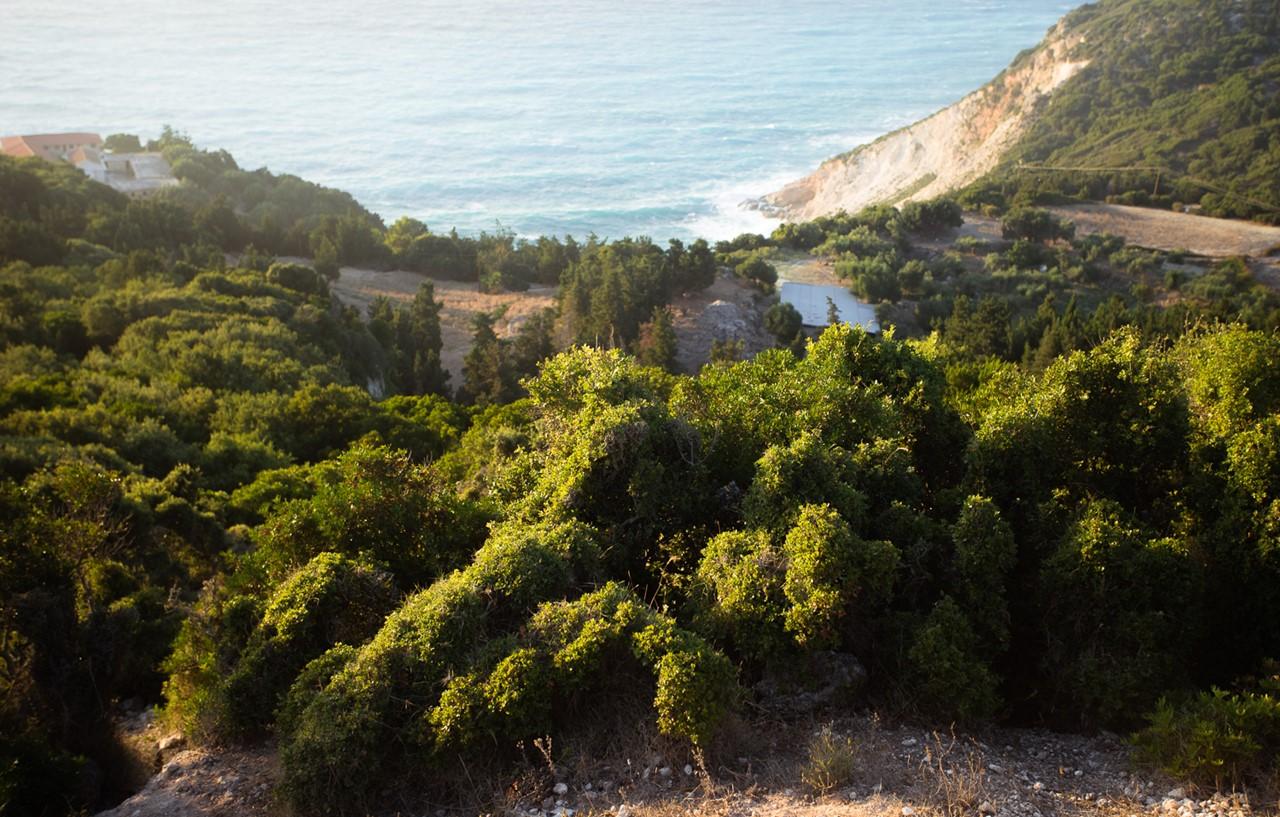 Спрятанное бушующее море около греческого монастыря