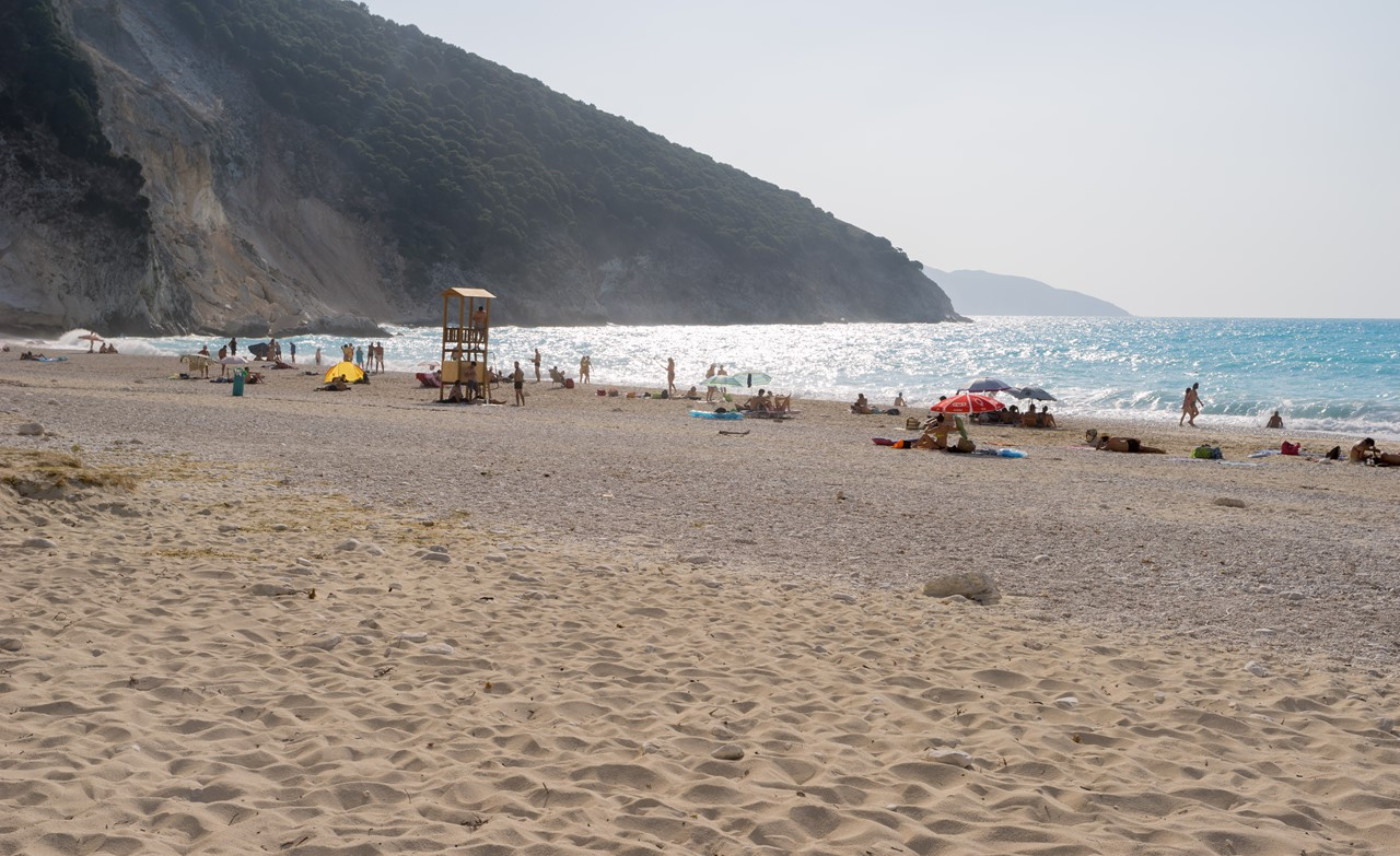 Спасательная вышка и лежаки на пляже Миртос (Myrtos)