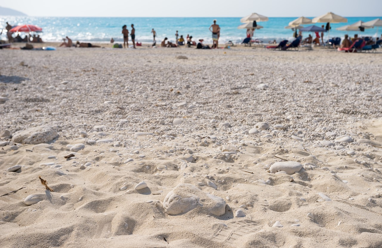 Отдыхающие на пляже Миртос (Myrtos)