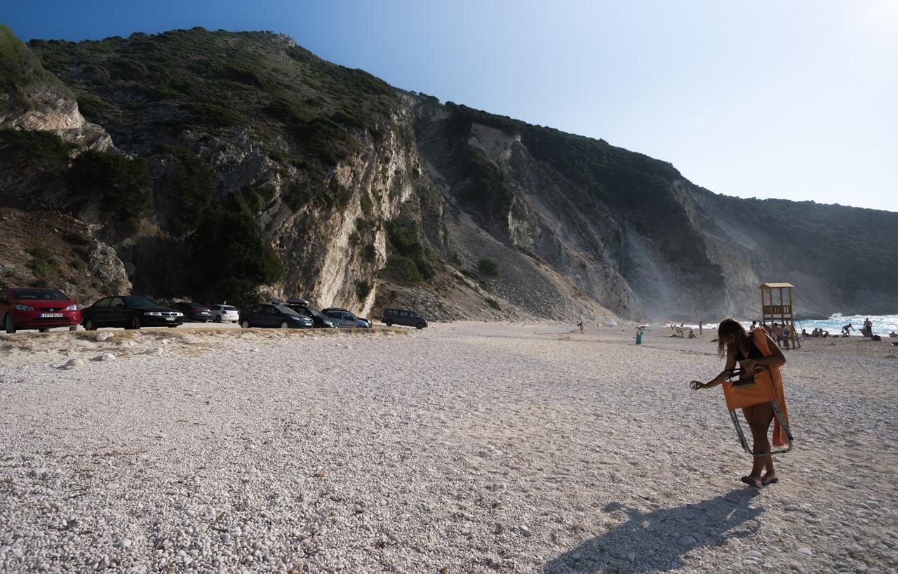 Парковка и часть широкого пляжа Миртос (Myrtos)