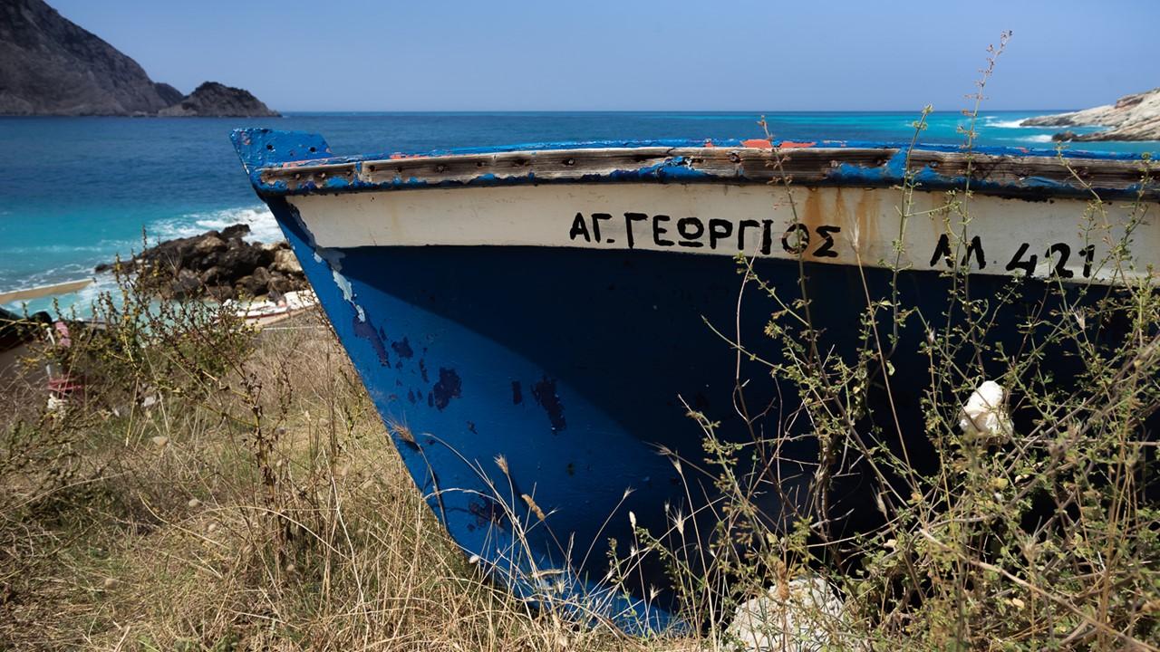 Старая лодка на мели