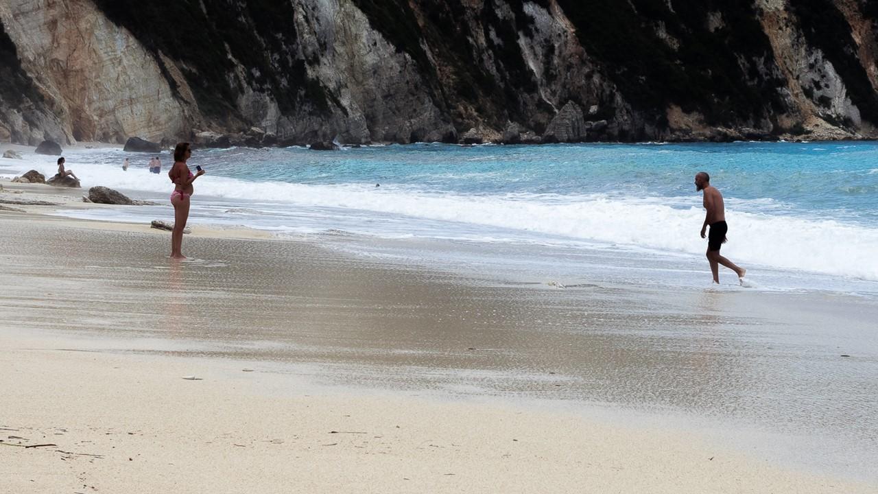 Пара отдыхающих на пляже