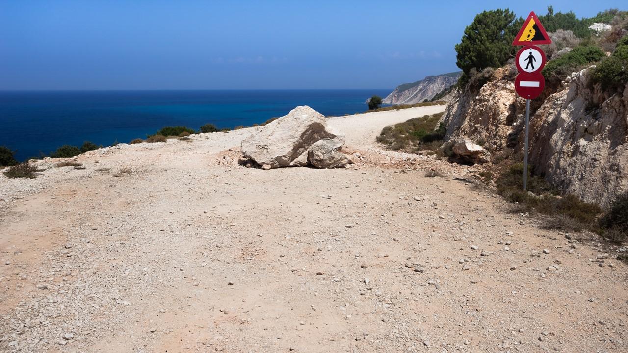 Проезд к пляжу Плати Аммосс (Platia Ammos) закрыт