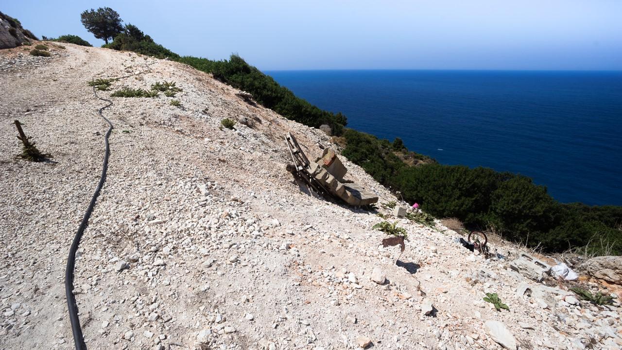 Осыпавшаяся дорога к пляжу Плати Аммос (Platia Ammos)