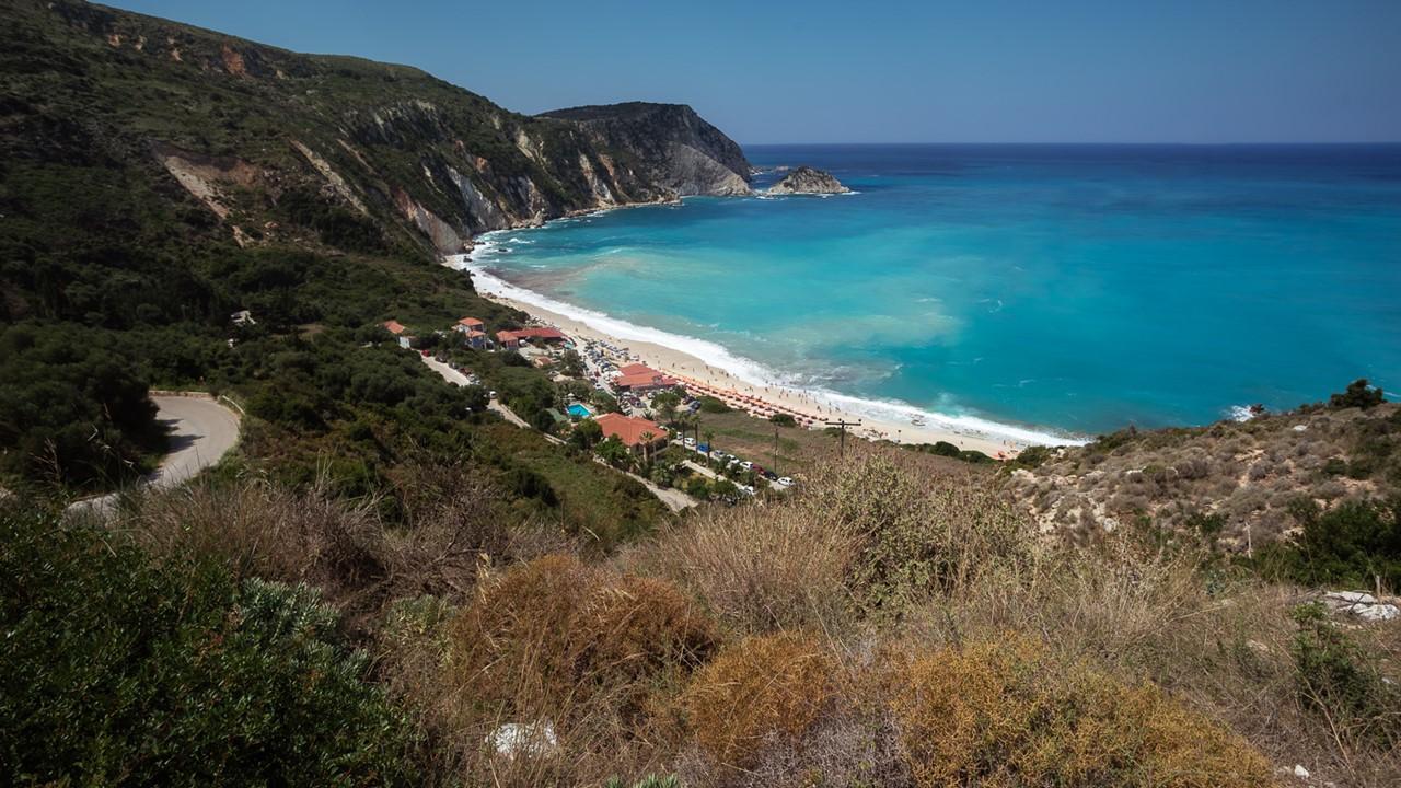 Вид на пляж Петани (Petani) с дороги