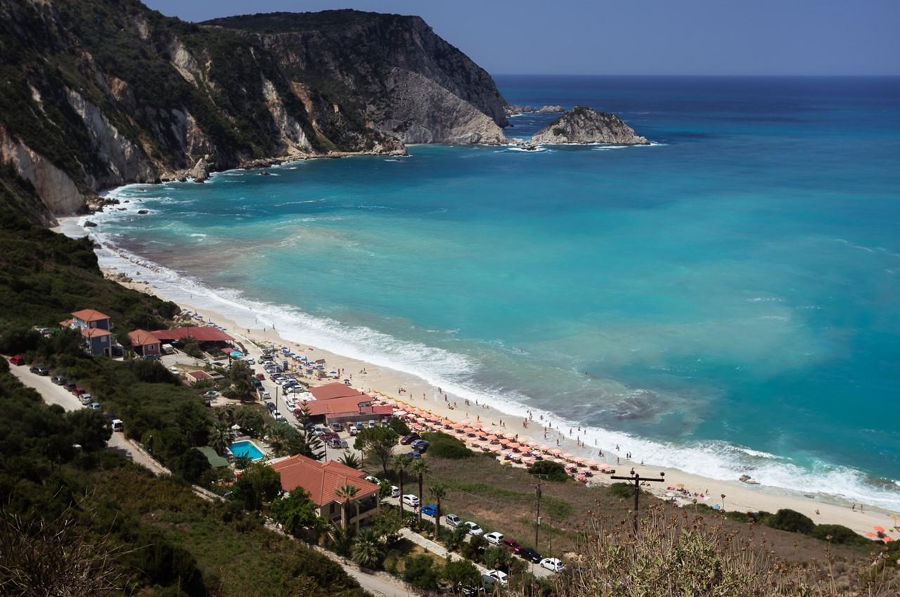 Общий вид пляжа Петани (Petani)