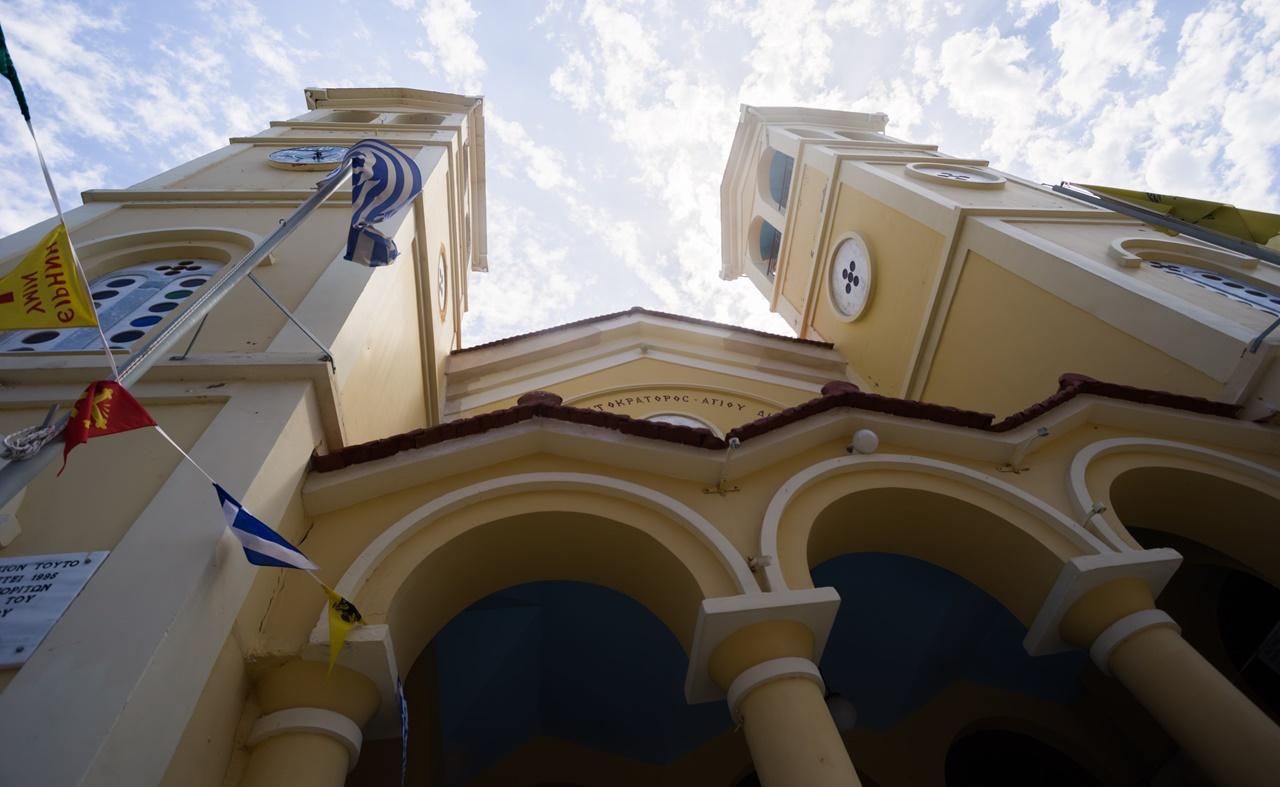 Вид снизу на церковь в Ликсури