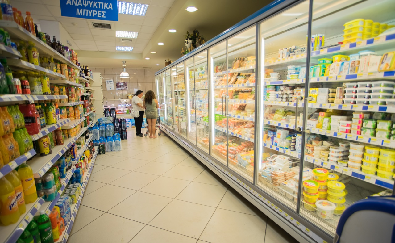 Молочный отдел с напитками в супермаркете Ликсури