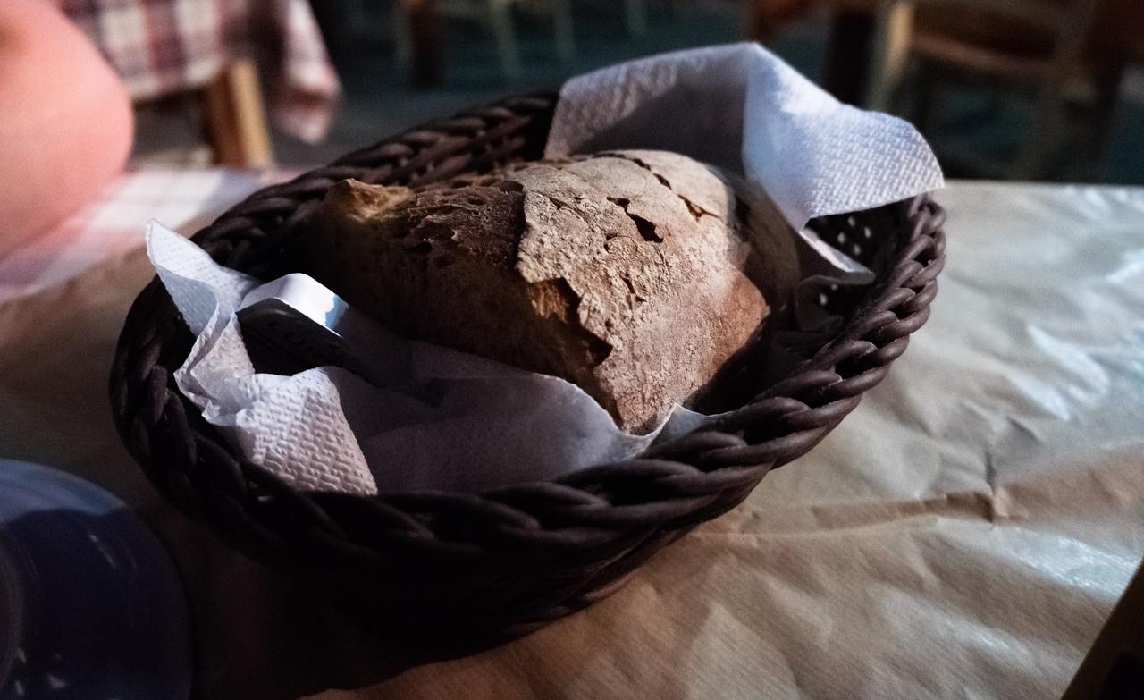 Приветственный хлеб в ресторане на набережной Ликсури