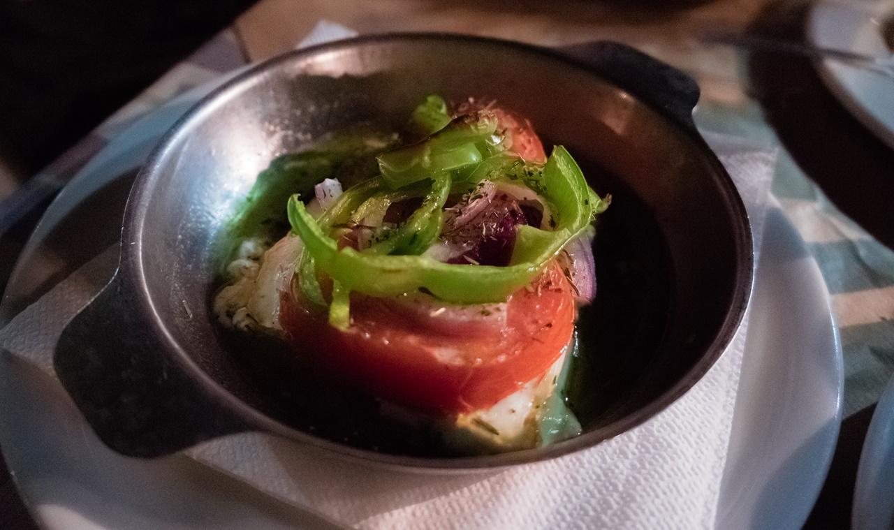 Традиционный греческий сыр фета с овощами в ресторане Ликсури