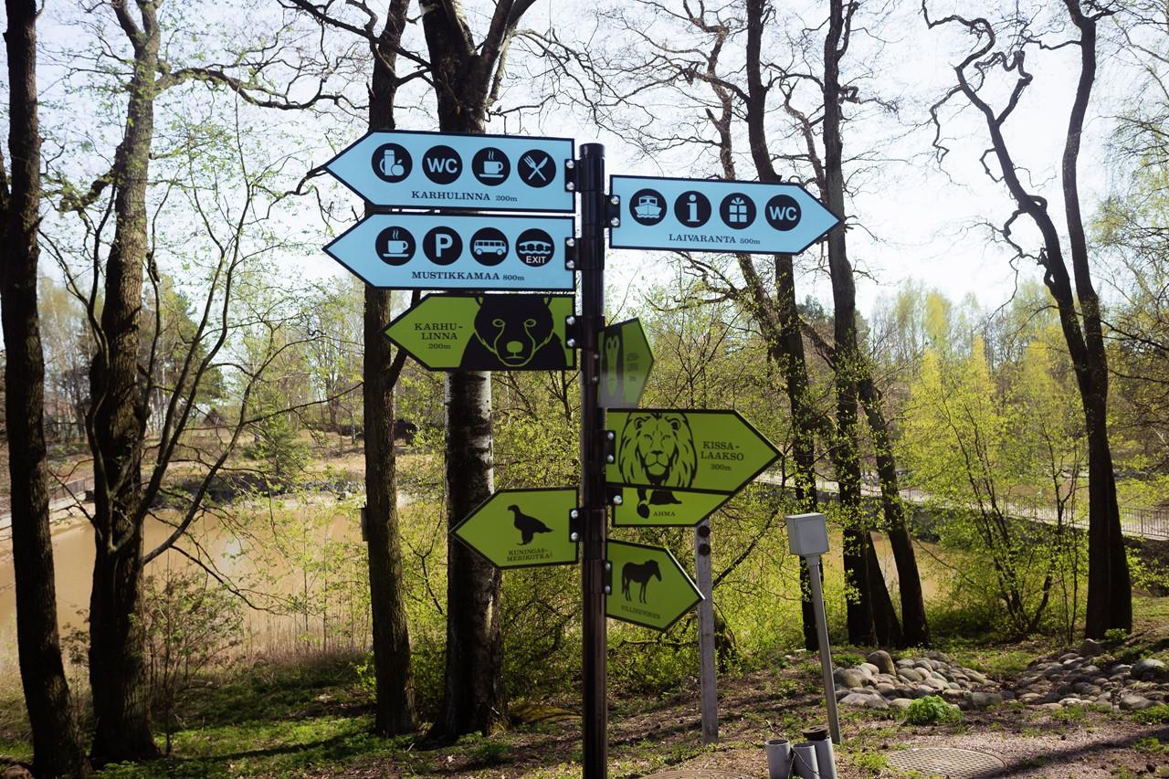 Указатели направления пути в зоопарке Хельсинки
