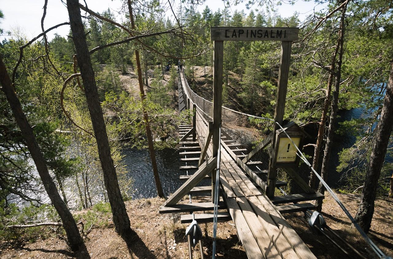 Вид на подвесной мост с другого берега