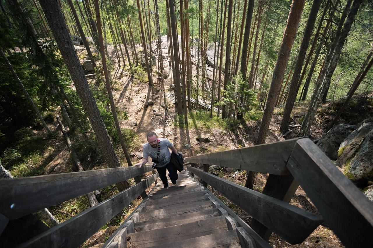 Забираемся по почти вертикальной лестнице