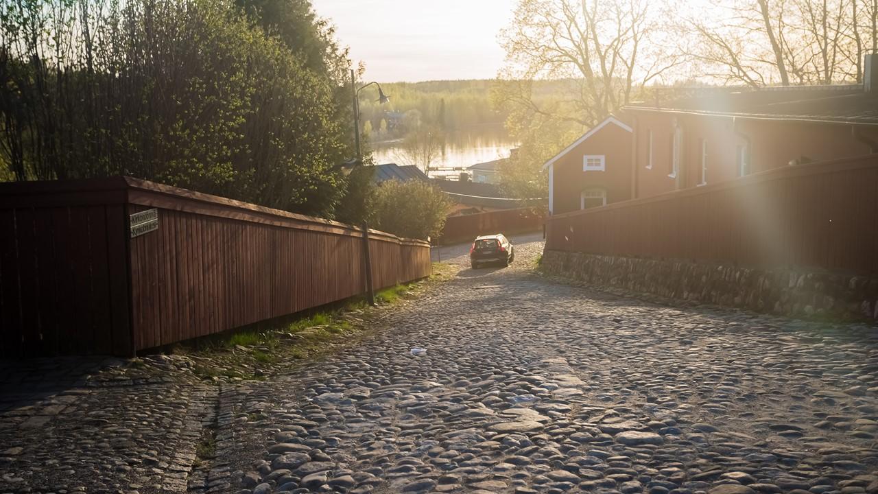 Крутая улица в Порвоо, ведущая к набережной реки