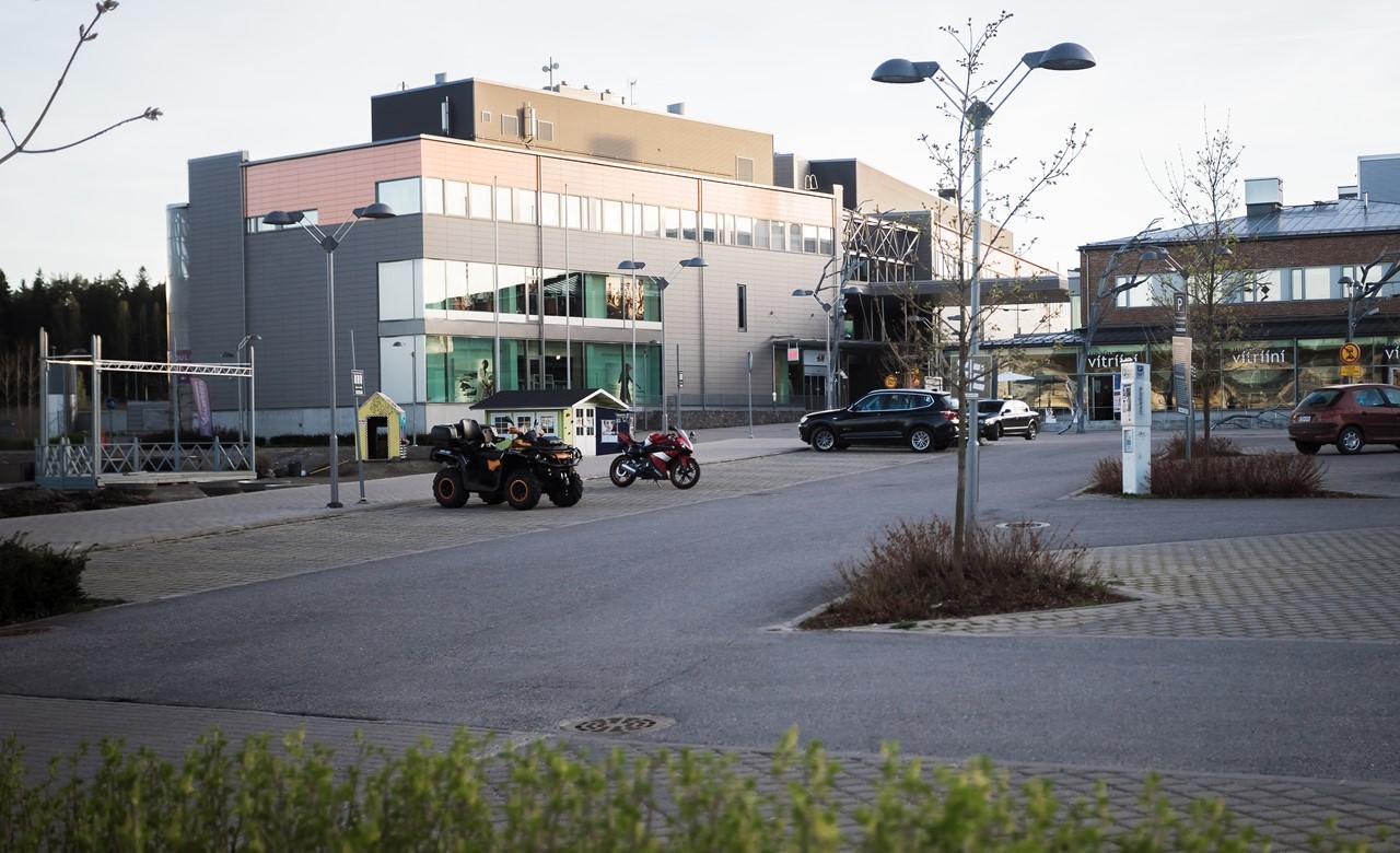 Вот в этом здании слева есть кинотеатр Bio Rex и кафе на первом этаже, где лежат карты Порвоо
