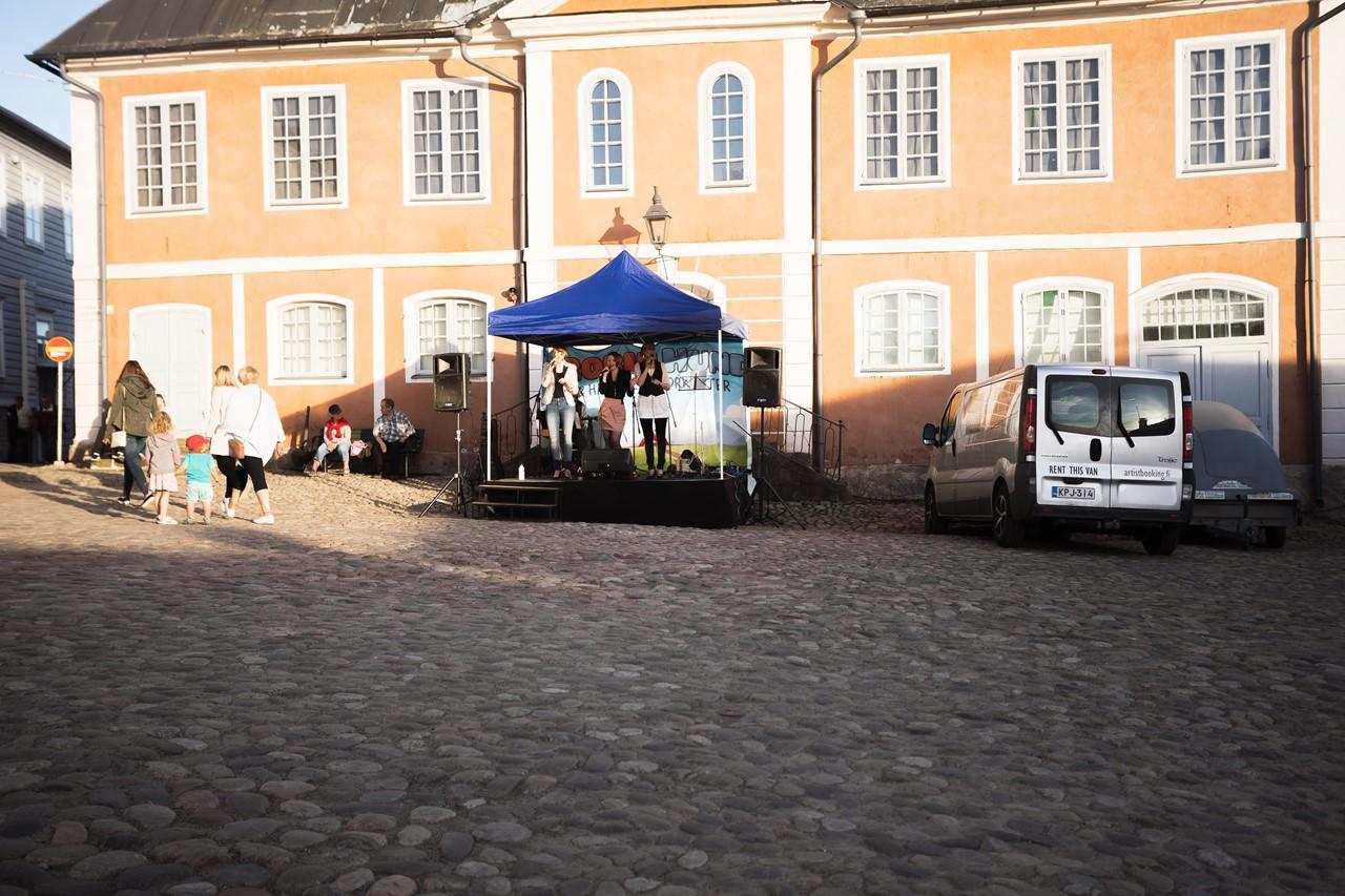 На площади перед музеем концерт финской группы