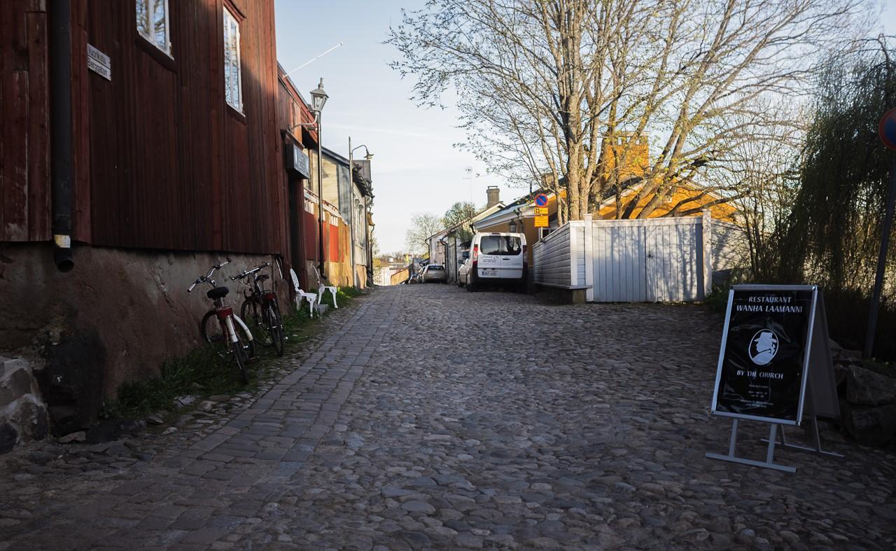 Улочка старого Порвоо с местным рестораном