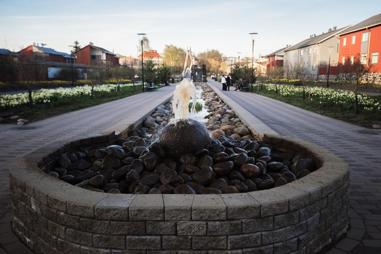 Прогулочная зона с водопадом между жилыми массивами