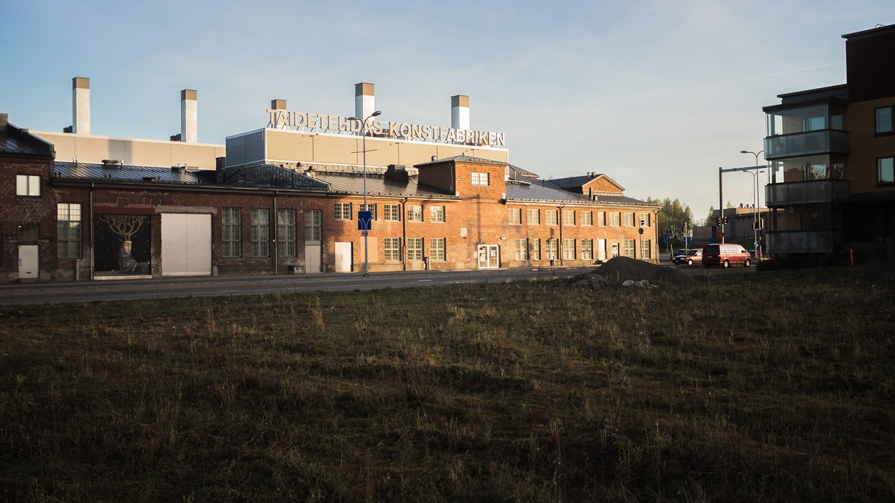Завод с рисунком на стене в Порвоо