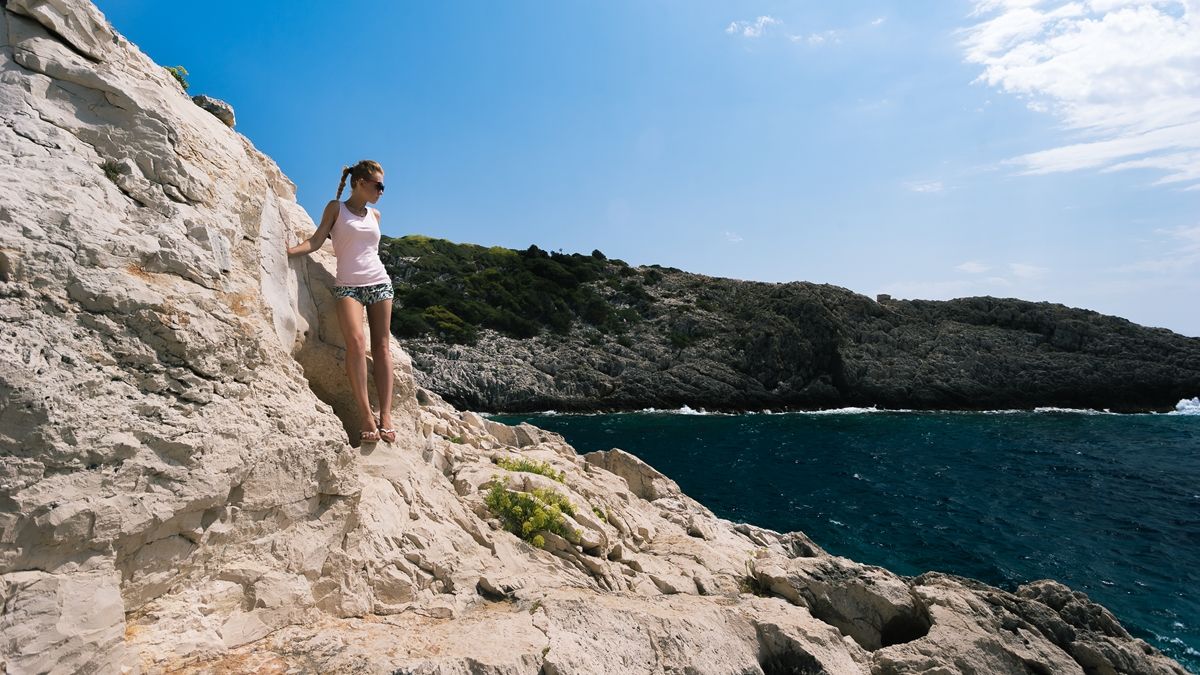 На фоне острова Коракониси