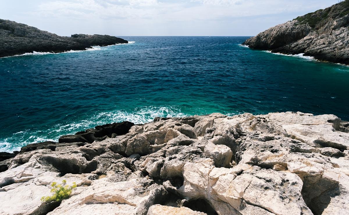 Волны здесь более шумные, чем в начале бухты Коракониси