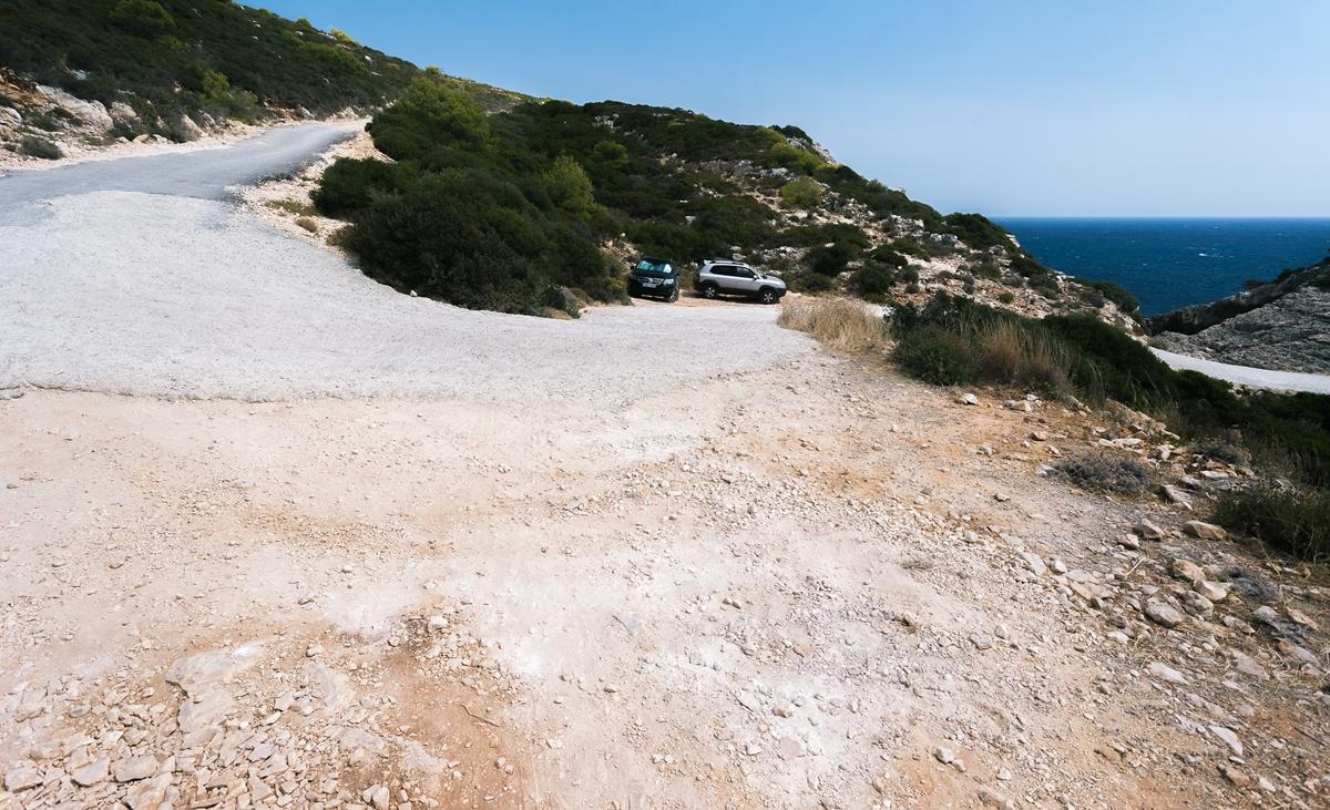 Парковка для преодолевших часть плохой дороги внедорожников