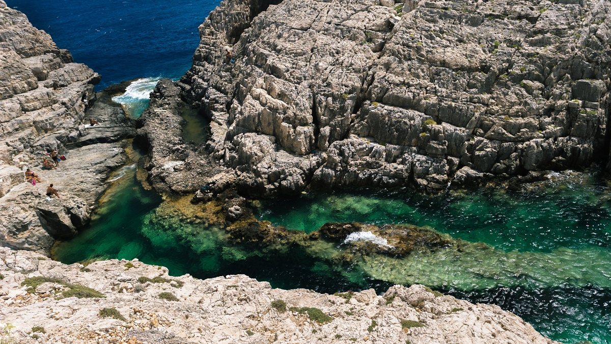 Расщелина, где можно купаться в Коракониси (Korakonissi)