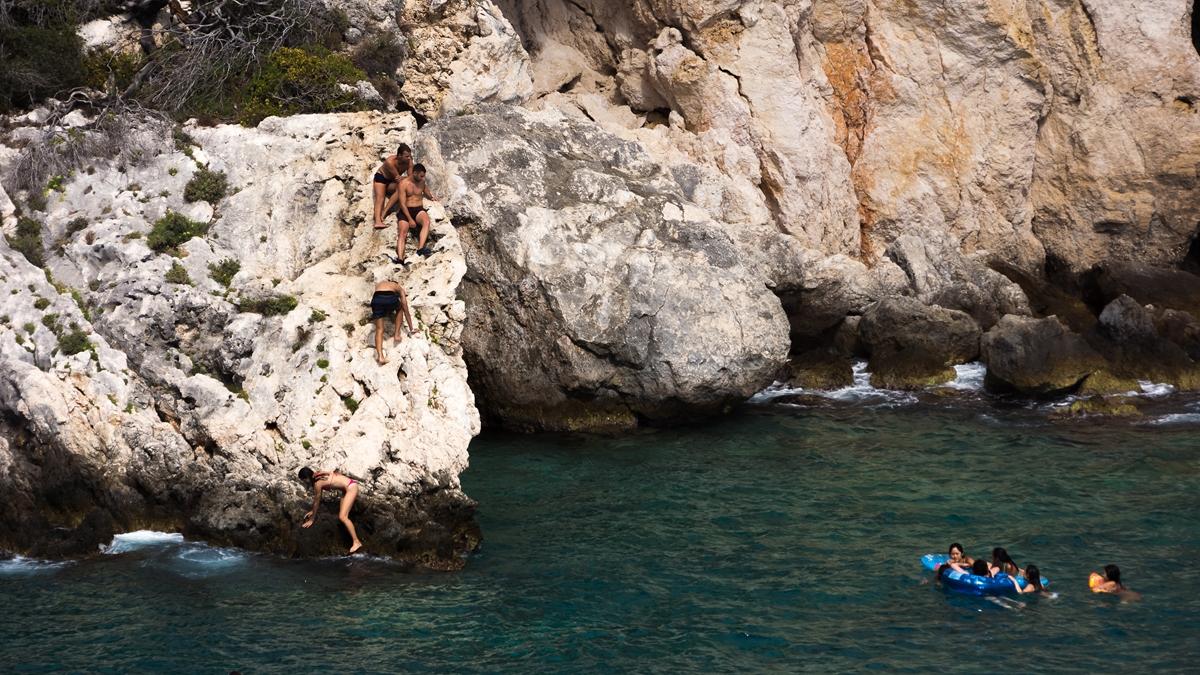 Скала для прыжков в воду в Порто Лимнионас