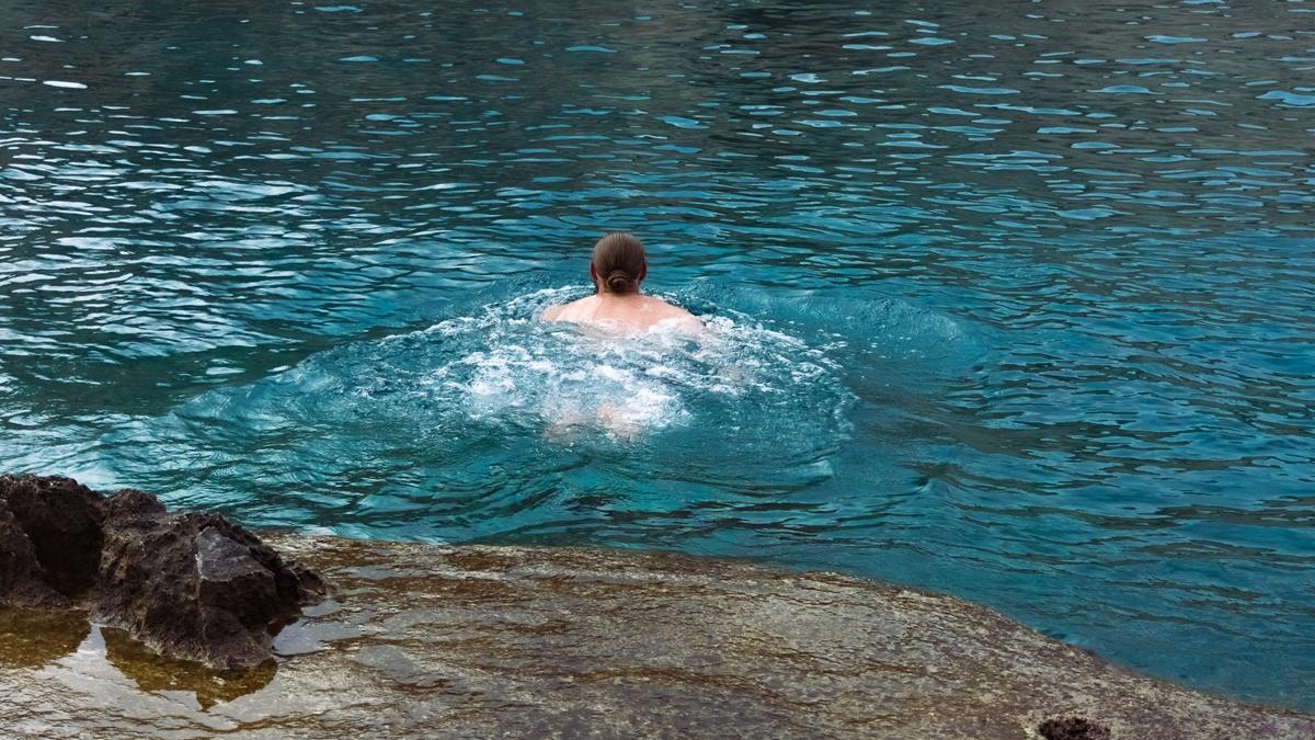 Купаемся в прохладной воде из-за холодного источника в бухте Порто Лимнионас