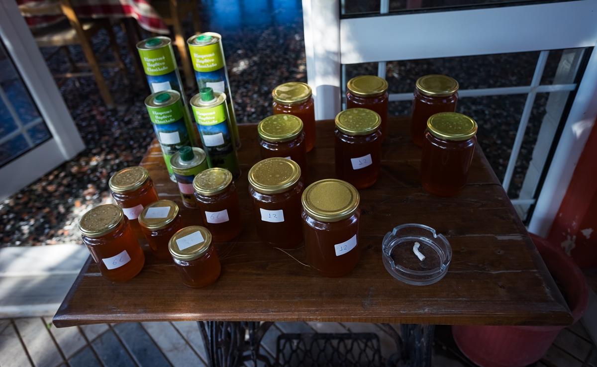 Продажа местных меда и оливкового масла в Кросс таверн